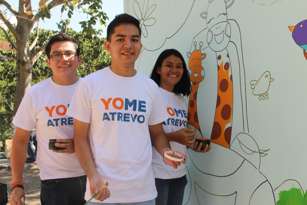 Helping to turn the idea of yo me atrevo into a year-round movement by tying it to one of Glasswing's major national campaigns, youth volunteers paint a mural on Global Youth Service Day.